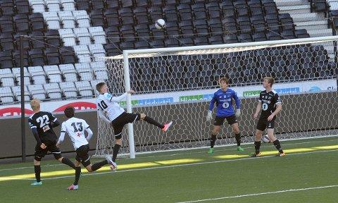 FLYR HØYT: Tobias Lauritsen har scoret mål i internkamper for både Odd og Vålerenga. Nå har Oslo-klubben formelt kontaktet Pors med tanke på en overgang.