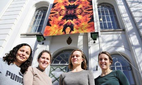 INNTAR BANKEN: Maya Økland, Anne Marthe Dyvi, Hilde Jørgensen og Ida Bringedal er klare med en ny utstilling i «gamlebanken» på Lie. Julie L. Porter og Anngjerd Rustand var ikke tilstede da bildet ble tatt.