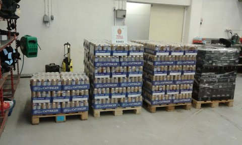 ØL OG VIN: 1560 liter øl og 600 liter vin ble beslaglagt fra bilen til en 20 år gammel litauer. Foto: TOLLETATEN