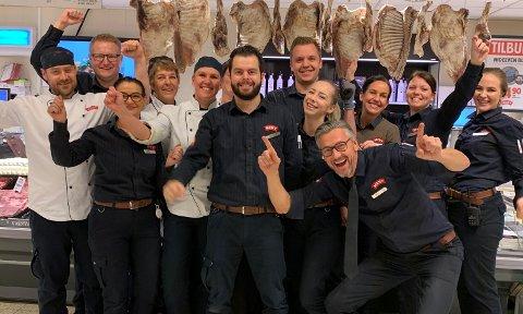 SKAL DELE UT LOKALMAT: Torkell Mosebø med noen av sine ansatte. I løpet av 2020 vil omsetningen på lokalmat være på over en milliard kroner for kjeden totalt sett.