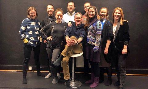 KLARE: Ida Høy og Hadle Reisæter med ensemblet som skal gjøre «Peer på pub», Lerkefugl produksjoners første oppsetning. Foto: Privat