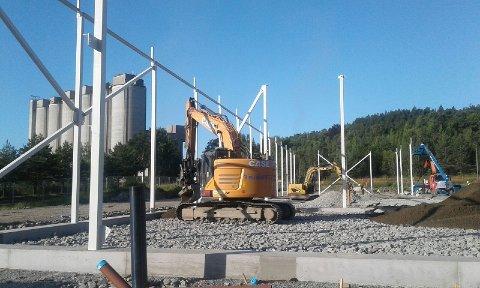 DESEMBER: Foreløpig går byggeprosessen plettfritt, forteller salgs- og markedsansvarlig i Fresh Water Norway, Maria Andersen. Her skal den ferdige fabrikken stå klar i desember i år, med full produksjon fra mars 2021.