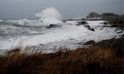 UTFORDRENDE FORHOLD: Det ventes mye vind langs vestfoldkysten det neste døgnet. Meteorologisk institutt advarer folk mot å dra ut i småbåt.
