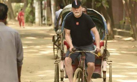 Trår til: Jan Størksen har Nordmøre i sikte. Dette bildet er fra sykkeltur i Dhaka. Foto: Richard Tybring Aune / Frelsesarmeen