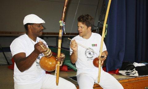 Instruktørene: Claudinor Ribeiro (til venstre) og Tobias A. Heiberg med hver sitt Berimbau, et brasiliansk strengeinstrument.