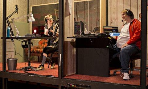 Radioteater: Vivi Sunde som programleder og Bjørnar Lisether Teigen som tekniker i «Radio Don Quijote». Foto: Arild Moen