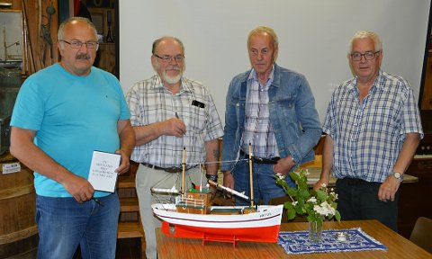 Ny tilvekst: Modell «Arthur» - med spennande historie. Frå venstre Lars Gudmund Røen, Jon Storløkken, Gunnar Strand og museets Gunnvald Bøe.