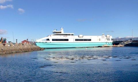 Lørdag fikk «Tyrhaug» kontakt med fjæresteinene og ei brygge under anløp på Edøya. Nå er kaia reparert, men hurtigbåten er foreløpig ikke tilbake.