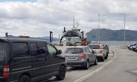 KØ: Det meldes om kø på sambandet Halsa-Kanestraum søndag i forbindelse med at C-ferga er tatt ut av trafikk på grunn av tekniske problemer.