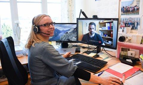 Her tester rektor ved Allanengen skole, Elin Levinsen Lyngstad, fjernundervisningsprogrammet som elevene ved skolene i Kristiansund tar i bruk i morgen. På skjermen ser vi inspektør ved Allanengen skole, Stian Golmen, som tilsvarende tester programmet fra sitt kontor.