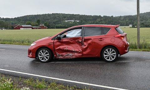 I SIDEN: Etter skadene på bilen å dømme er den blitt truffet av motorsykkelen i siden.