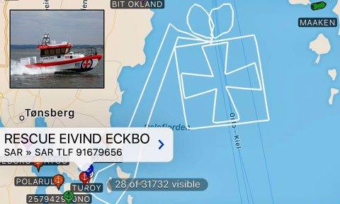 JULEHILSEN: Redningsskøyta «Eivind Eckbo» har vært på juletur igjen. Forrige gang var det juletre, nå ble det noe helt annet.