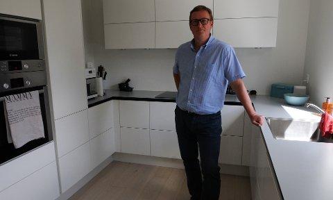 KJØKKENET: Gulvet på kjøkkenet til Knut Salvesen var vått etter at det hadde dryppet vann en hel helg. Egenandelen må han stå for selv.