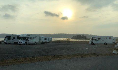 BOBILER: Bobilene har parkert med god avstand til hverandre på den store grusplassen.