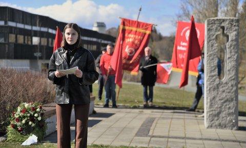 BRENNENDE ENGASJEMENT: Dina Henrikke Nesgård Evjen holdt tale og la ned krans ved minnesmerket i Levanger etter 22. juli. I tillegg til å snakke om terrorangrepene og kampen mot de høyreekstreme kreftene benyttet hun også anledningen til å snakke om den pyskiske helsen til barn og ungdommer.