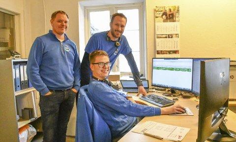 Bedrift i vekst: Fra PCen har Gaute Loftesnes (foran) og Erik Solfjeld (t.h.) full kontroll på TDS sine biler. Nå får de mer å gjøre. Til venstre står daglig leder Bjørn-Erik Vabø Andersen.