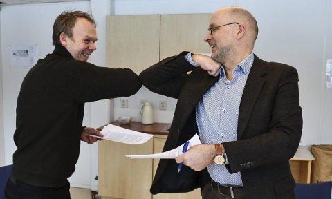 """Tor Morten Halvorsen i Lyngør vel og kommunedirektør Jarle Bjørn Hanken med et """"koronahåndtrykk"""" etter at avtalen ble signert i dag."""