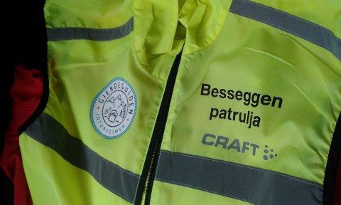Søppelplukking: Besseggen-patruljen passer ikke bare på folk langs ruta, men plukker også søppel.
