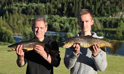 FISKELYKKE: Henning Trondsen og Aleksander Haraldsen sto for de største fangstene ved Begna i helgen. Her med 1,6 kilo og 2,1 kilo i hendene.