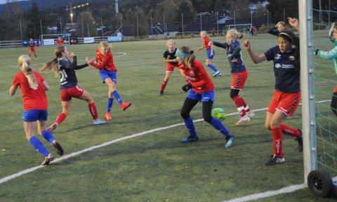MÅ HA HJELP: NILs 13-årsjenter har sikret seieren i 2. divisjon, men i 1. divisjon var Fet tilbake i førersetet før tirsdagens toppoppgjør hjemme mot Lørenskog. Uavgjort der hadde passet NIL ypperlig.