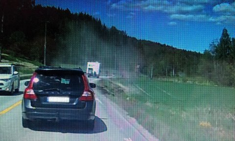 TURIGRØFTA:En av bilene som kom like bak tok dette bildet da bussen hadde kjørt videre, men røykskya lå igjen.