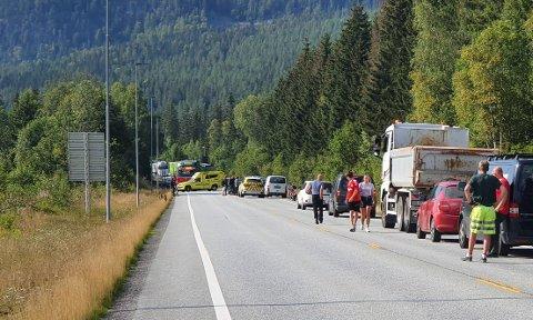SPERRERVEIEN:Fra ulykkesstedetrundt klokka 16, da veien fortsatt var sperret.