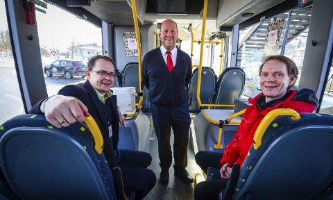 Gjør endringer: f.v. Knut-Martin Løken (Ruter), Øyvind Berg i Schaus Buss og ruteplanlegger Olav Raanaas Moen.foto: Åsmund Austenå Løvdal