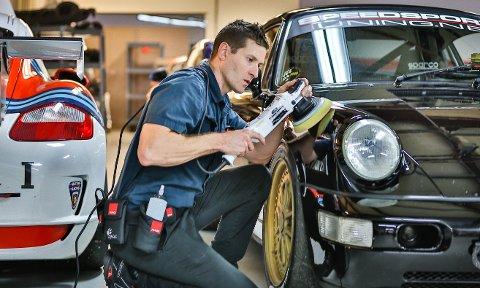 AKSJEMEGLER: Larry Kosilla droppet karrieren som aksjemegler for å polere biler. Det har gjort ham verdensberømt innenfor detailing-faget. (Pressefoto)