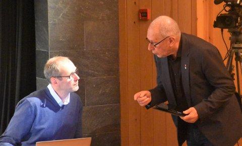 LA FRAM ALTERNATIVT FORSLAG: Johnny Hagen (til høyre), her i dialog med rådmann Per Arne Aaen, la fram på vegne av Arbeiderparti og Høyre et alternativt forslag. Det fikk støtte fra to av Sps representanter. Dermed ble det flertall for å åpne for dagligvarehandel på Steimosletta ikke bare på ett område,