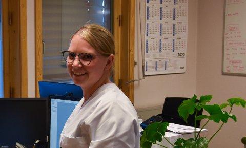 Mange telefoner: Jenni Valseth, avdelingsleder ved Røros legesenter, har bemannet opp telefonen for å kunne registrere alle som ønsker koronavaksine. (Arkivfoto: Linda C. Herud)