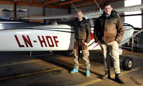 FLYSERTIFIKAT: Dag Ove Rokstad fra Tolga og Sem Syrstad fra Røros foran flyet til Tynset flyklubb. Rokstad har allerede fått prøvd flyet mes Syrstad venter på en introtur.