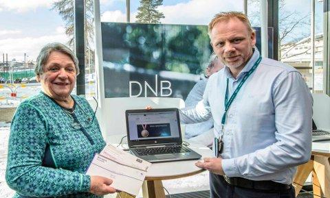Randi Haugberg fra Ås bruker brevgiro, mens fungerende banksjef Geir Alte Teigen i DNB Follo håper kundene vurderer å bruke nettbank.