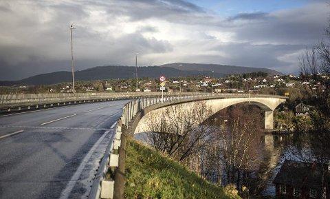 UNDERGANG: Statens vegvesen vil no få på plass ny trase for gangvegen i undergang under Krossnessundbrua. ARKIVFOTO: Morten Sæle