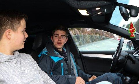 Mathias Laastad (t.v.) og Sander Gjerde har begge vakse opp i familiar som er oppteken av bil.