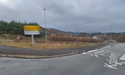 KOLÅSVEGEN: Jenta skal ha blitt kontakta av mannen då ho gjekk forbi eit busstopp tysdag ettermiddag. Bildet er av ein tilfeldig stad i Kolåsvegen. Foto: Skjermdump Google Maps
