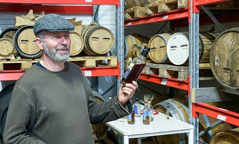 Daglig leder hos Myken Destilleri, Roar Larsen, inne i lageret av forhåndsbestilte tønner med whisky og gin på Myken.
