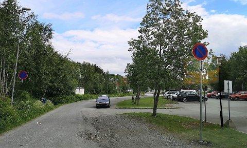 Høgskoleveien har fått forbudsskilt mot parkering.