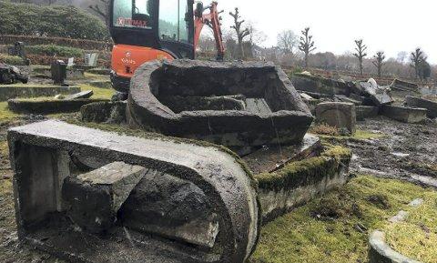 Det ser litt brutalt ut når de gamle gravene blir fjernet ved Solheim gravplass. – Det er helt nødvendig for å få plass til nye graver, sier gravplassjef Inghild Hareide Hansen. Bergen Kirkelige Fellesråd har fjernet gamle gravsteiner siden 2005. Planen er å være ferdig i 2022. ALLE FOTO: RUNE ERIKSEN