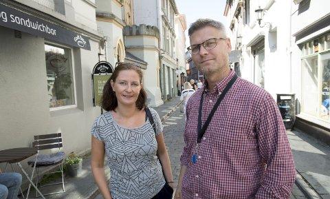 Arne Liljedahl Lynngård i Bymisjonen er enig i at Møtestedets plassering i Hollendergaten ikke er ideell. Her med kollega Astrid Spjeldnæs. ARKIVFOTO: Arne Ristesund