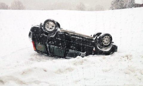 En bil havnet på taket ved Store Ringheim Hotell og Restaurant på Voss.