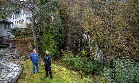 Den menneskeskapte fossen bak trærne er store deler av tiden til plage for naboene Kasper Olsen (t.v.) og Thomas Anfinsen.