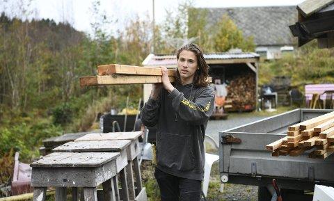 Jonas Bratlund Mæland (14) bruker det meste av fritiden sin på å bygge hus i hagen til foreldrene i Os. Så langt har huset kostet i overkant av 10.000 kroner. Det meste av materialene er gjenbruk, blant annet fra Irisfabrikken og Solstrand. Foto: Rune Johansen