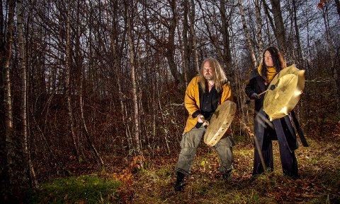 Tom og Von Engelbrecht bruker naturen på Osterøy mye når de praktiserer sjamamnisme. Trommene brukes til å komme i transe og få kontakt med åndeverdenen.  Foto: EIRIK HAGESÆTER