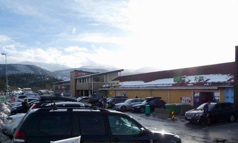 Spar og Kiwi ligger side om side på Bjørkheim, som har blitt et populært sted å handle for folk som skal til fjells.