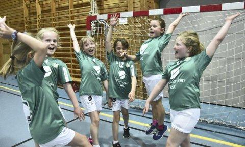 Lyngbø J8 spilte tre kamper i helgen. På laget spilte Tora Skaar Mæland, Olea Hagerup Bjørnsen, Dina-Emilie Sandtorv, Annalinea Clausen, Ricce Lind Furnes og Sarah Jade Mackenzie.