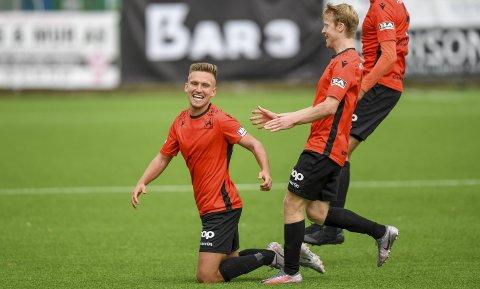 Kristoffer Valsvik serverte første 1-1, før han selv dunket ballen i krysset til 2-1. Han tror Åsane kan kjempe i toppen sesongen ut.