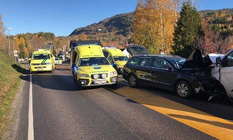 KRAFTIG SMELL: To biler har treft hverandre front mot front i Knivedalen i Skotselv.