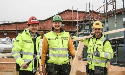 VIL LÆRE OPP SINE EGNE: Formann Jørgen Berg (f.v.), fadder og bas Kenneth Sandvold og lærling Eirik Wibe ser alle fordelen av å ha flere lærlinger i firmaet.