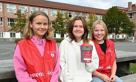 GJØR EN INNSATS: Hailey Thon (f.v.), Frida Avry Berntsen og Aurora Bjølgerud har Innsats for andre som valgfag og skal samle inn penger til Demensaksjonen.