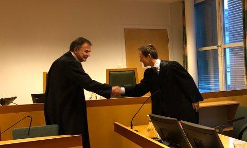 UENIGE: Advokatene Svein Duesund (t.v.) og Sverre Jacobsen hilste på hverandre før erstatningssaken begynte i Drammen tingrett. De er uenige i hvorvidt kommunen har erstatningsansvar.